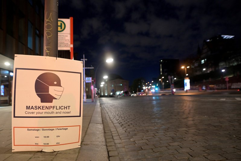 為因應第三波疫情,德國24日開始實施宵禁等封鎖措施。圖為漢堡街景。(路透)
