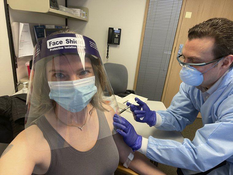 西雅圖居民哈勒在去年9月是第一位接受莫德納疫苗臨床實驗的志願者。今年3月,她再次...