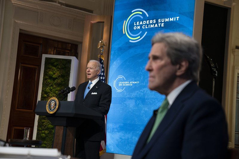 圖為拜登總統23日宣布綠能新政的減碳計畫,右為氣候變遷特使柯瑞。(美聯社)