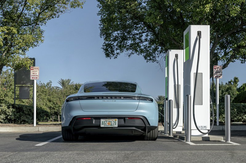 根據拜登新能源方案,目前2億7900萬多輛以汽油為燃料的轎車,必須在不到十年之內以電動車替代,似乎不可能。(美聯社)