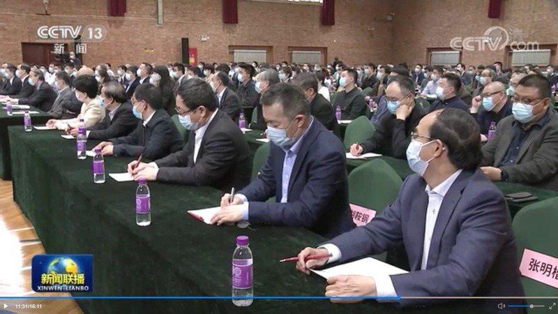 2021年4月19日胡鞍鋼(右二)參加清華校慶,此前因為爭議頗為低調。(央視視頻截圖)