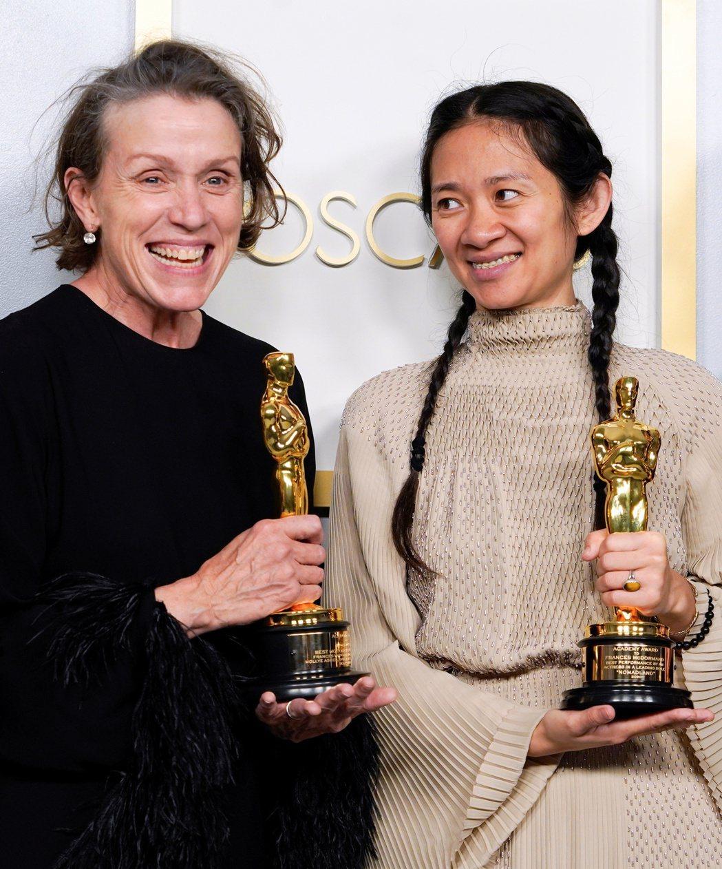 法蘭西絲麥朵曼(左)以「游牧人生」獲得最佳女主角,右為導演趙婷。(路透)
