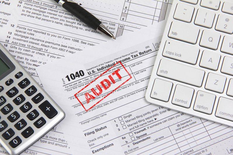 拜登政府計劃指示國稅局加強查稅,為法案支出尋找財源。(Getty Images)
