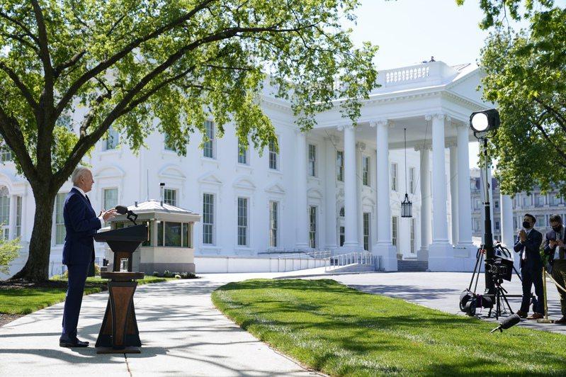 拜登總統28日在白宮前對媒體說話。(美聯社)