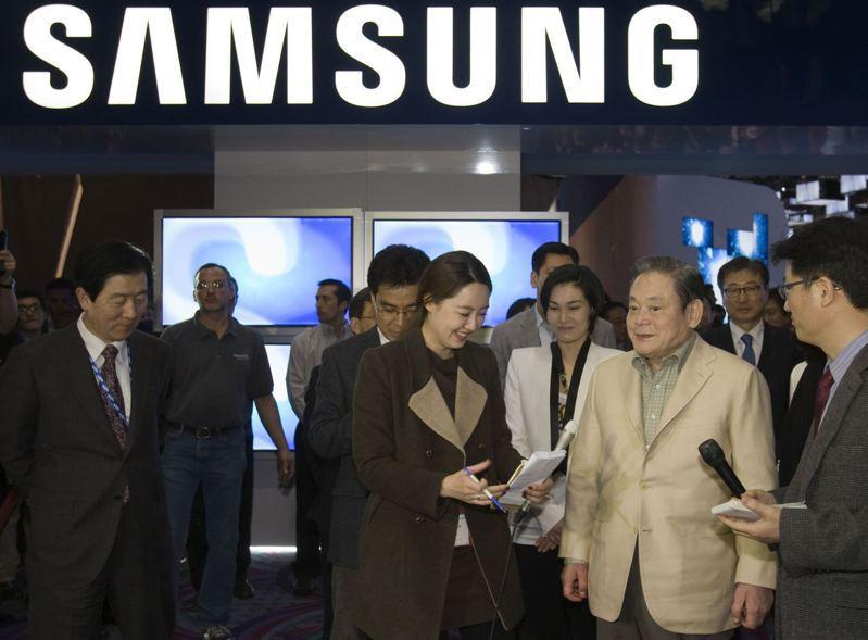 三星會長李健熙(右二)去年過世,留下價值近210億美元財產。(路透)