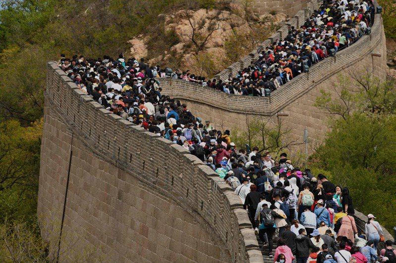 五一小長假昨天開始,各地旅遊景點人滿為患,陸交通運輸部預估,今年五一假期人流是有史以來最旺。圖為北京長城的人潮。(Getty Images)