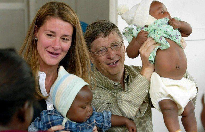 蓋茲夫婦慈善事業遍及全球。圖為兩人2003年在南非津巴布韋,與瘧疾防治中心的嬰兒。(歐新社)