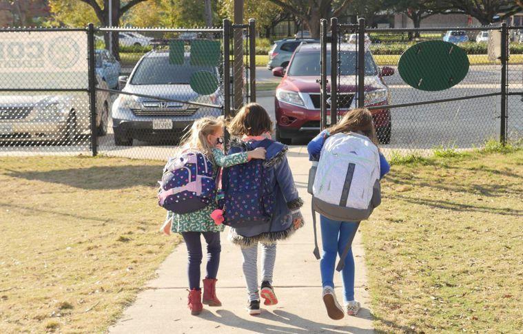 新冠疫情看似趨緩,但年輕人與兒童感染變種病毒的數目在增加。專家擔心未來校園會是群...