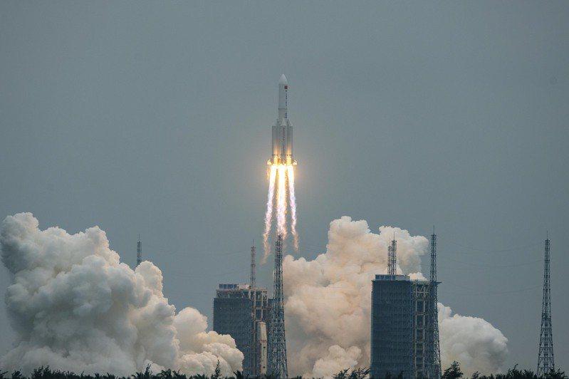 上月底升空的中國的長征五號B遙二運載火箭,核心節據指可能將在未來幾天「失控再入」地球大氣層。(中新社)