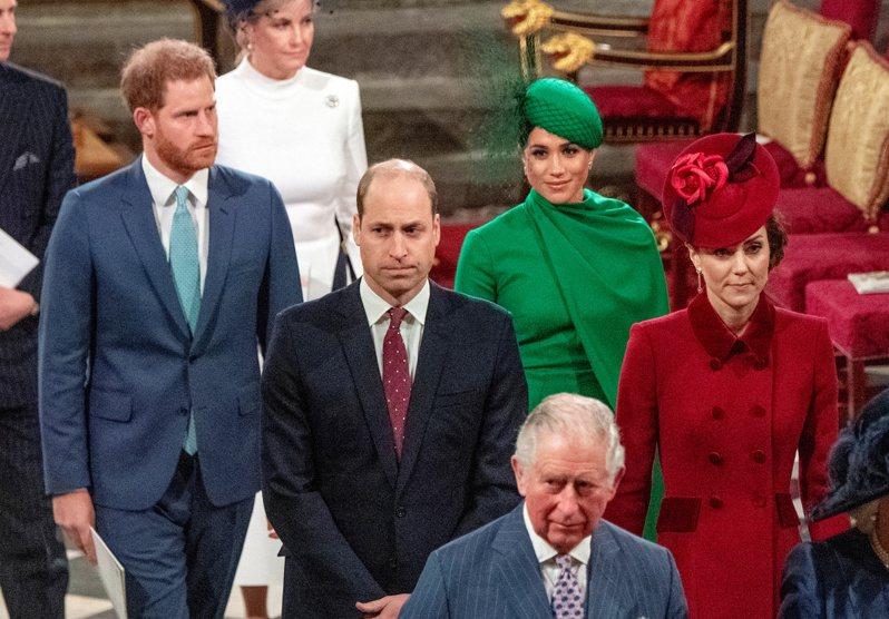 查理(左前)與威廉(左中)被推測會聯手封殺哈利(左後)將之逐出英國皇室。(路透資料照片)