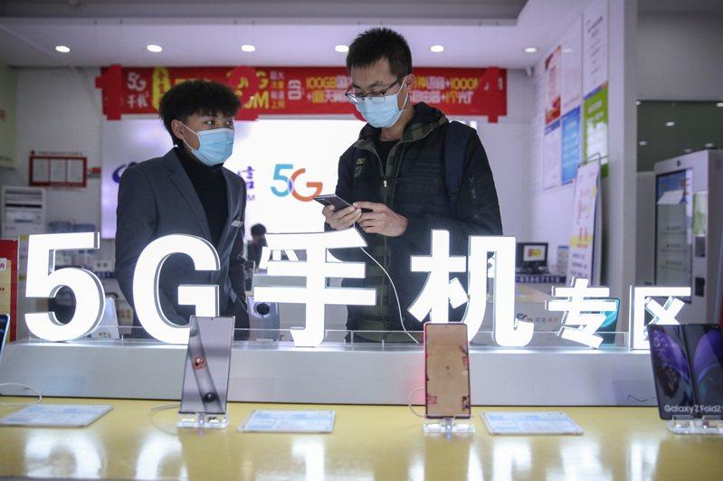 印度疫情嚴重,嚴重影響中企手機產能,中國雖對印度伸援,但印度電信的5G試驗,卻未把中企華為、中興列入;圖為貴陽市民在一家手機營業廳選購5G手機。(中新社資料照片)