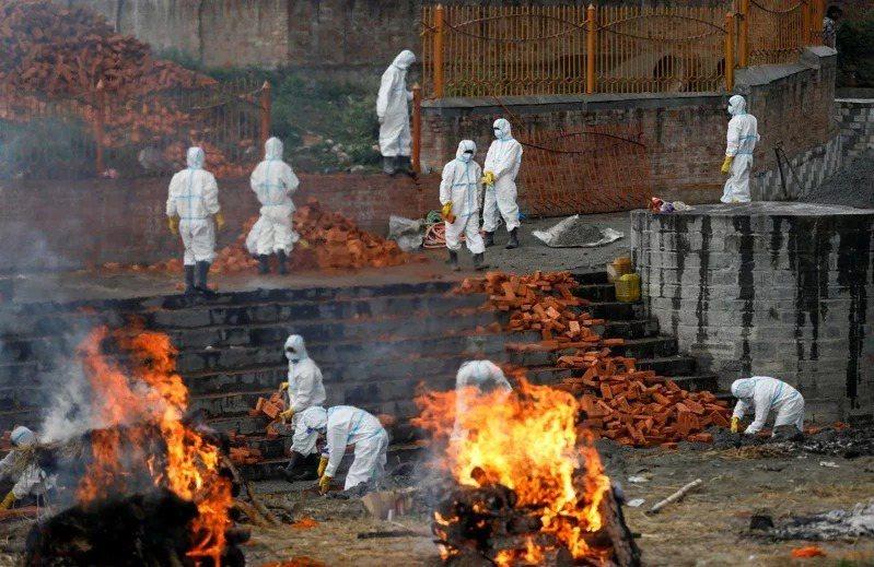 印度第二波新冠肺炎疫情持續升高。(路透)