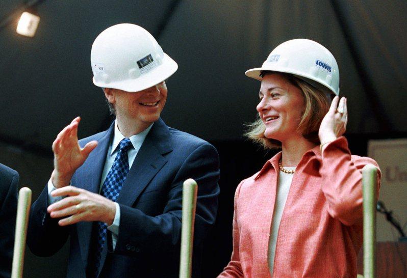 八卦媒體爆料,指微軟共同創辦人比爾蓋茲(左)和妻子梅琳達(右)的離婚是「不友好分手」,梅琳達和家人對蓋茲做的很多事情都很憤怒。美聯社