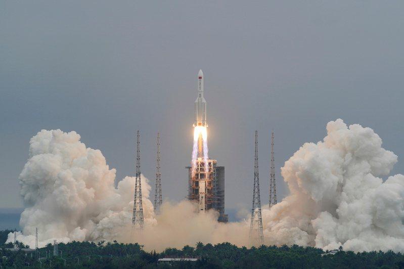 中國長征五號B運載火箭4月29日成功發射升空,但沒有料到後續的問題 。(路透)
