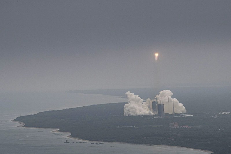 失控的中國長征五號B運載火箭8日晚落入大氣層,墜落印度洋海域,美國國家航空暨太空總署(NASA)嚴厲抨擊中國不負責任。圖為火箭上月29日發射時情形。(美聯社)