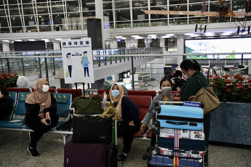 香港10日新增4宗新冠肺炎確診病例,均為輸入病例。圖為外籍人士於香港國際機場逗留。(中新社資料照片)