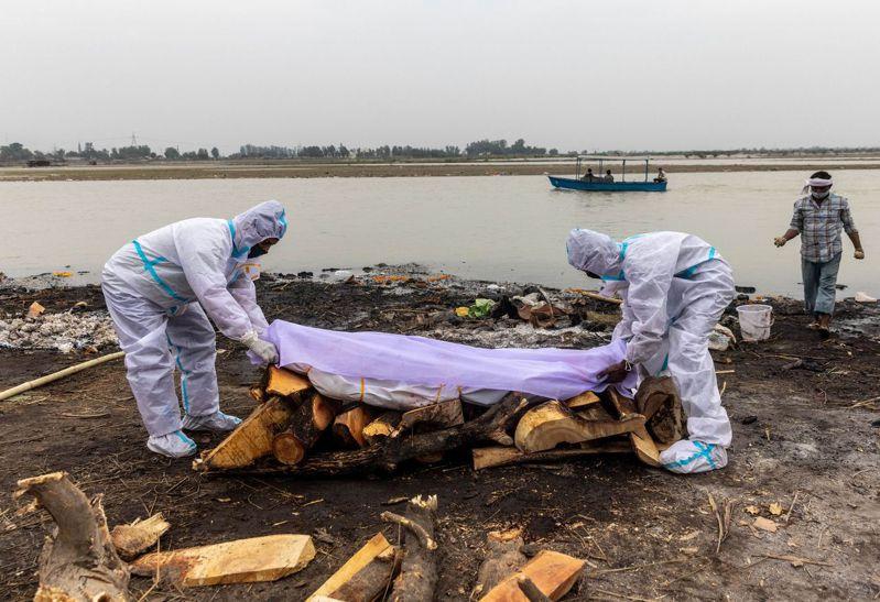 印度疫情持續惡化,有數十名被認為是新冠肺炎亡者的屍體被沖上恆河河岸。 (美聯社)