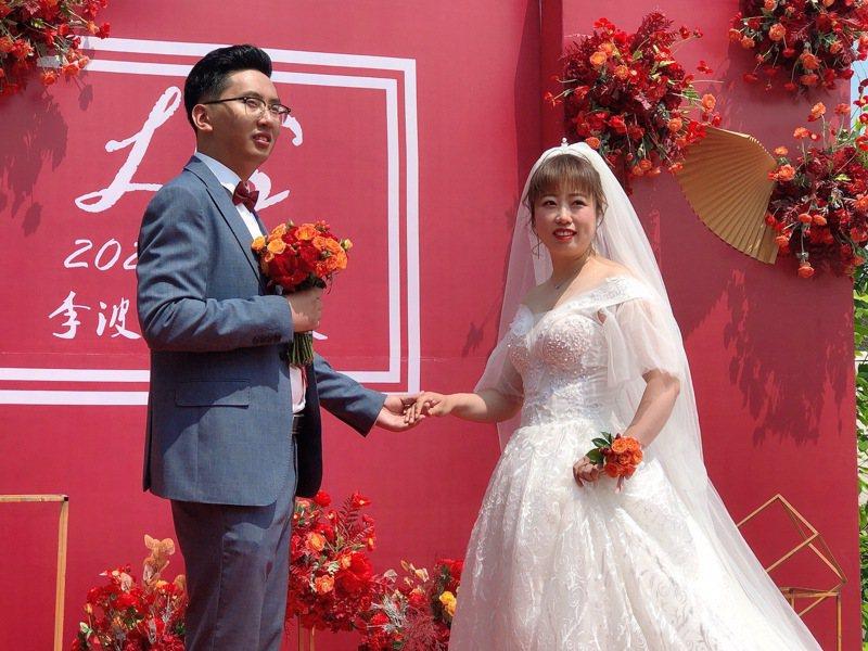 2021年5月8日,孫雪英和丈夫李波舉辦婚禮當天。(取材自紅星新聞)