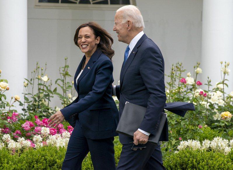 「今天是美國美好的一天。」拜登總統(右)13日在白宮玫瑰花園宣布,「如果你已接種疫苗完畢,就不用再戴口罩了」。他與副總統賀錦麗(左)都摘下了口罩。(歐新社)
