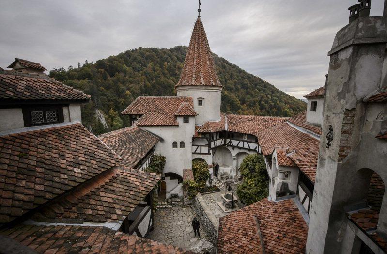 羅馬尼亞在一處城堡開設疫苗接種站,以吸血鬼德古拉號召來打針。(美聯社)