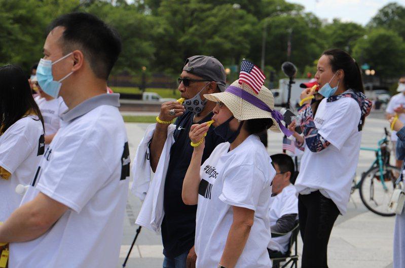 參與華府集會的民眾身穿「對仇恨零容忍」的T恤,高喊「我們屬於美國!」,並吹響黃色口哨,象徵亞裔面對仇恨不會沉默。(記者張筠 / 攝影)