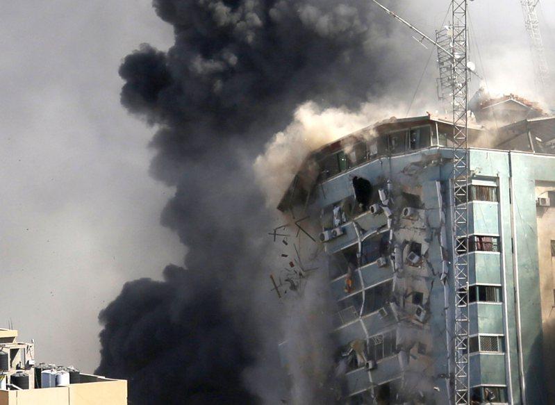 以色列15日以三枚飛彈摧毀包括美聯社在內的許多媒體駐在加薩市的辧公大樓,國際媒體向耶路撒冷當局討說法。(美聯社)