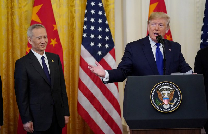 中國國務院副總理劉鶴(左)之子劉天然因投資引發爭議,圖為2020年劉鶴與時任美國總統川普在白宮的會面。(路透資料照片)
