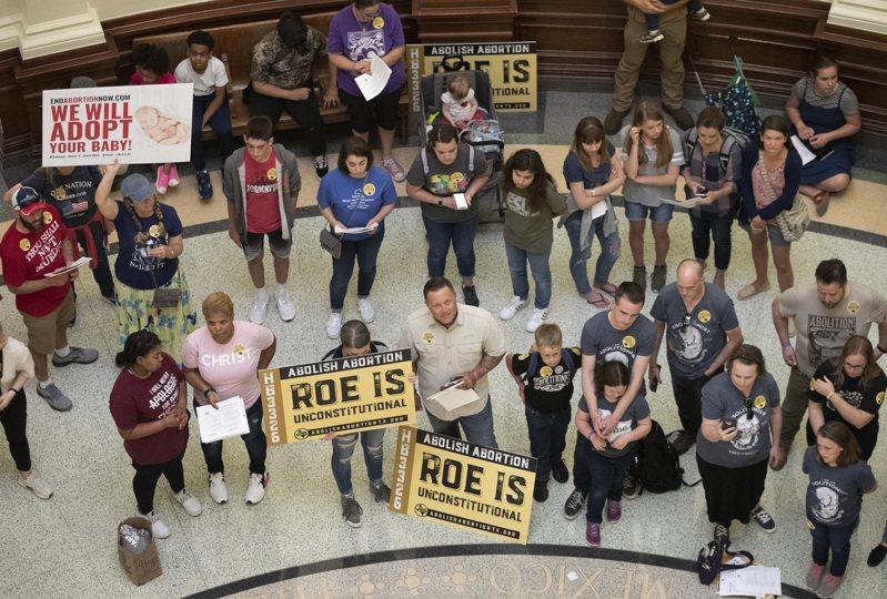 德州反對墮胎的民眾3月集會提出訴求,德州州長艾伯特19日簽署美國至今最嚴格的墮胎法案,規定當胎兒心跳可被偵測出後即禁止墮胎。(美聯社)