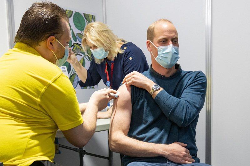 英國疫苗施打對象近日擴大到35歲以上民眾,38歲的威廉王子也透過官方推特帳號宣布,已在18日接種第一劑疫苗。(取材自Twitter)