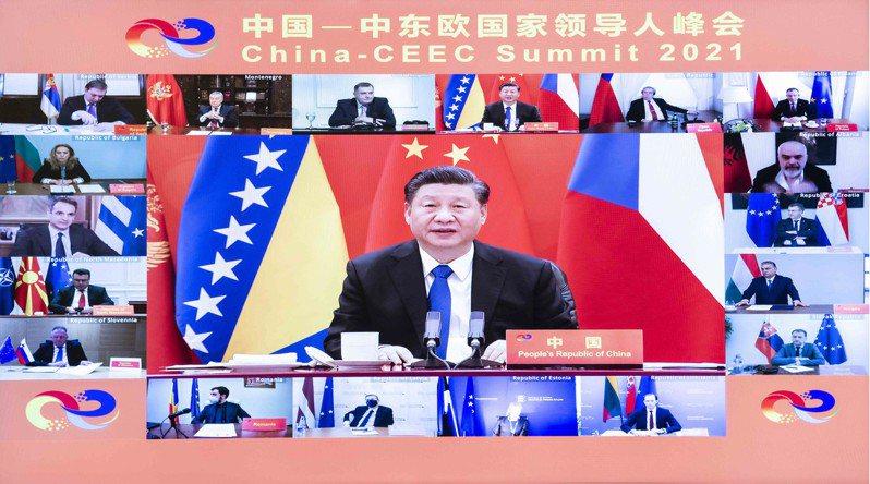 中國國家主席習近平2月9日主持中國與中東歐17+1領導人峰會電視畫面。(新華社資料照片)