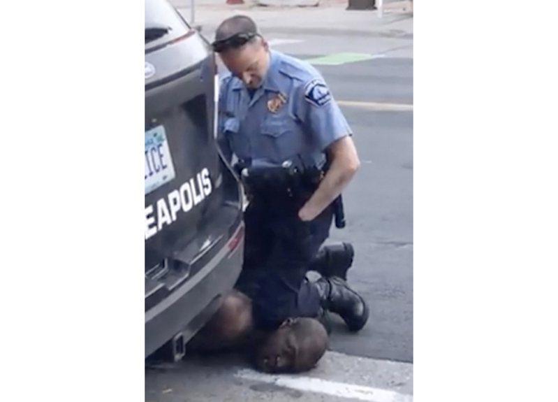明尼阿波利斯市非洲裔男子佛洛依德去年5月25日遭該市警察沙文跪壓致死案的畫頁,至今仍讓人記憶猶新。(美聯社)