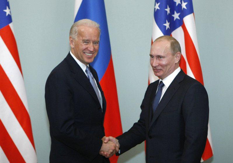 拜登總統(左)將於6月在日內瓦與俄羅斯總統普亭(右)舉行峰會。(美聯社)