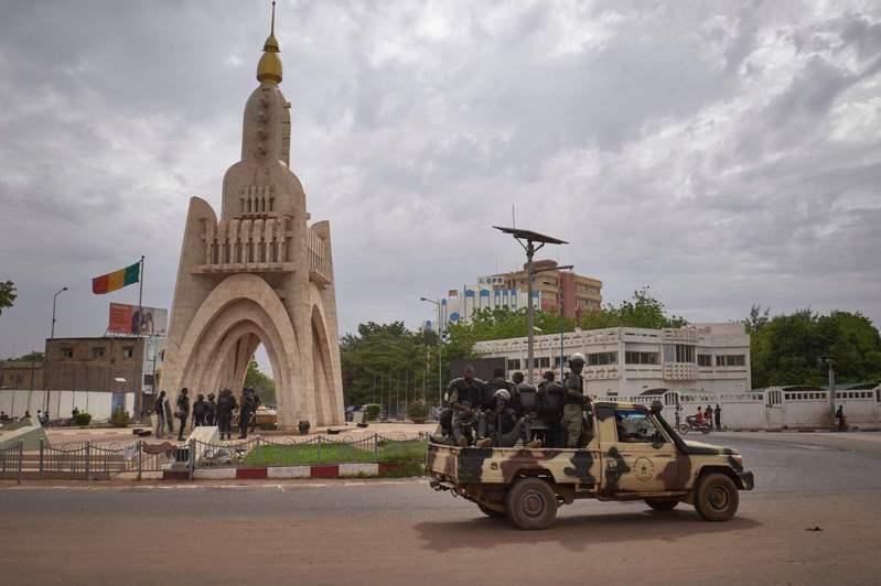馬利士兵25日經過首都巴馬科的獨立廣場。(Getty Images)