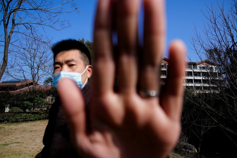 國務院在川普前總統任內,曾調查新冠病毒起源,追究病毒是否從中國武漢病毒研究所實驗室外洩,但調查行動在拜登政府上台後喊停。圖為世界衛生組織專家在武漢調查時,當地警察阻記者者拍攝。(路透)