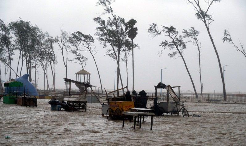 強烈熱帶氣旋重襲印度。(新華社)