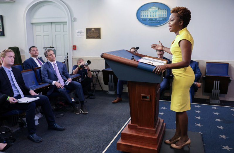 白宮副發言人尚皮耶於26日首次在白宮記者會登台亮相,她是白宮首位公開出櫃的女性同志發言人,也是第二名非裔發言人。(路透)