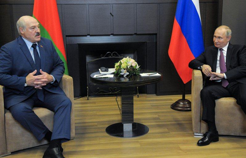 俄國總統普亭(右)與白俄總統魯卡申柯(左)28日於索契討論白俄攔截瑞安航空班機一事。(美聯社)