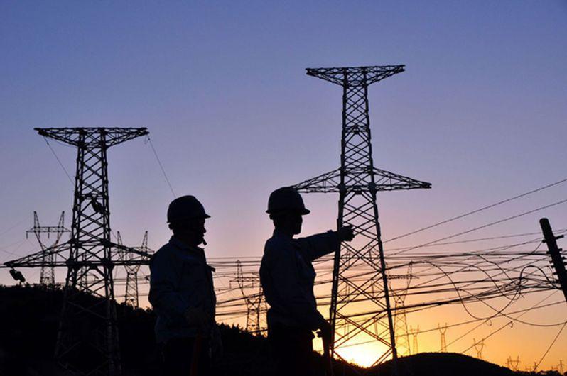 中國南方多地近期出現供電緊張情況,圖為供電公司員工在檢查輸電設施。(取材自新華網)