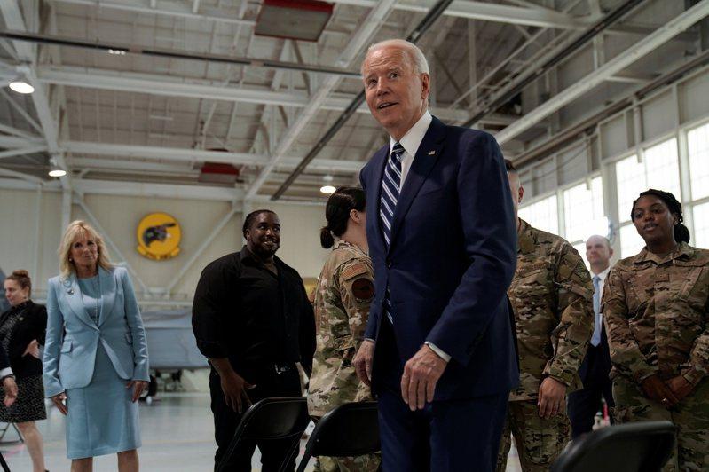 國殤日前夕,拜登總統和第一夫人吉兒28日探訪維州軍營,並對美國戰勝疫情表示樂觀。(路透)
