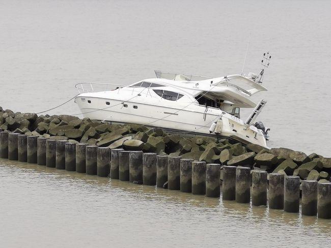 被發現擱淺在崇明區橫沙島北港防汛灘上的遊艇。(取材自澎湃新聞)