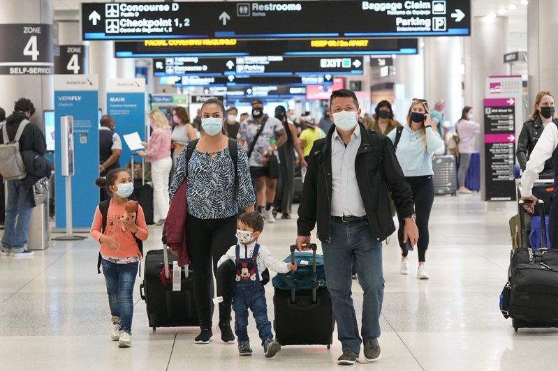 來自哥倫比亞的岡薩雷斯一家人28日來美旅遊,抵達佛州邁阿密國際機場時得知佛州在國殤日長周末期間,提供免費施打疫苗服務。(美聯社)