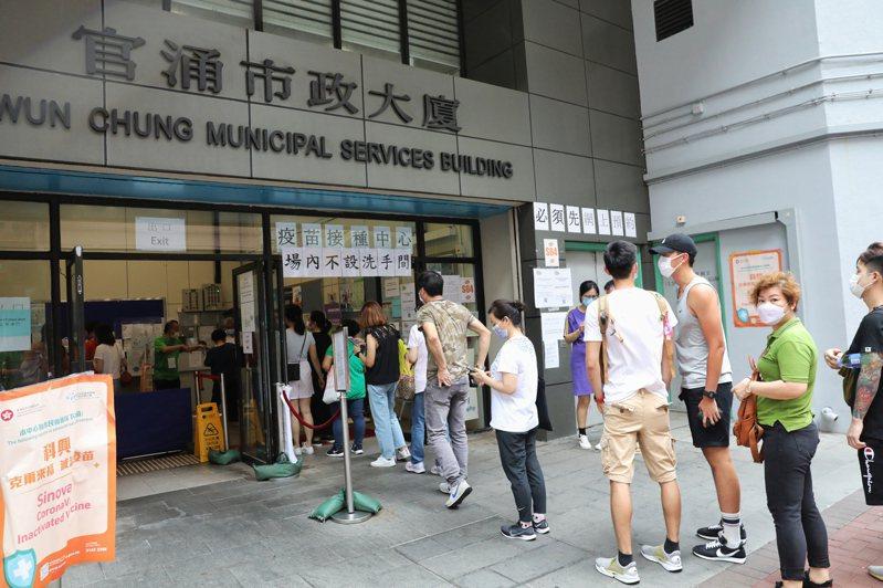 香港市民已接種兩劑疫苗人口突破100萬。圖為香港市民30日在佐敦官涌體育館社區疫苗接種中心排隊等候接種疫苗。(中通社)