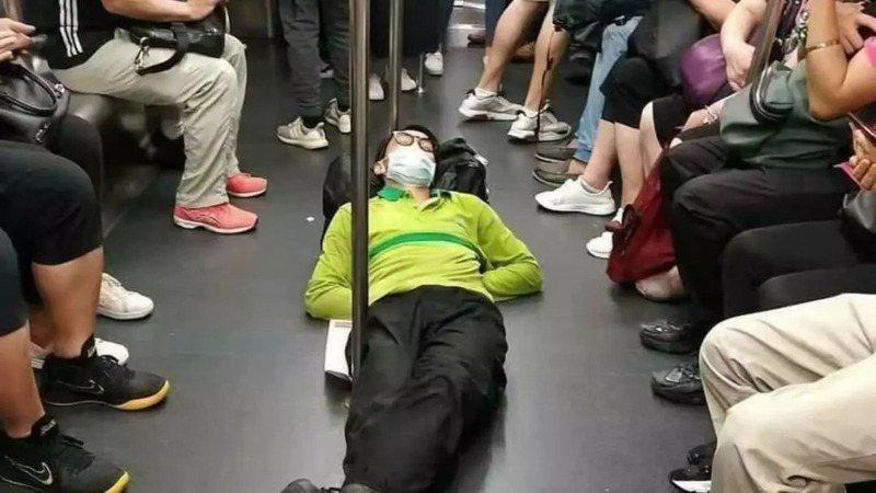 中國青年中悄悄興起「躺平主義」,似乎讓官方不安。(取材自推特)