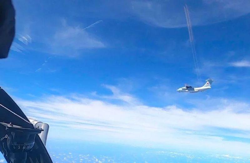 馬來西亞皇家空軍於5月31日拍攝到中國軍用運輸機在南海上空活動。(美聯社)