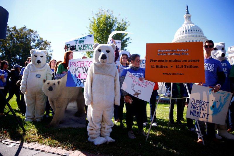 環保人士在華府抗議,反對在阿拉斯加採油;拜登政府1日宣布暫停阿拉斯加北極保護區油氣租約,重新評估對環境的影響。(美聯社)