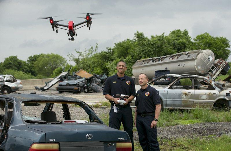 美國國防部一份新的報告指出,有兩款中國公司生產的無人機不存在惡意企圖,建議聯邦政府使用。圖為德州奧斯丁消防隊正在操作大疆無人機。(美聯社資料照片)