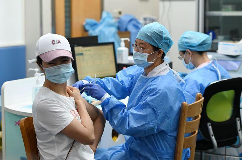 中國新冠疫苗接種累計已突破7億劑次。圖為廣州市民接種疫苗。(中新社)
