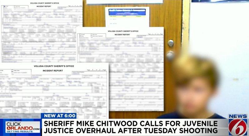 佛州12歲少男夥同另名14歲少女闖入一間民宅,然後以偷來的突擊槍及霰彈槍與趕來的警員槍戰。圖為少男被拘押。(截屏自Volusia County 6電視)