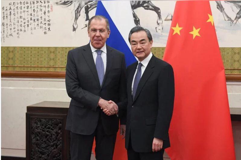 中俄外長部通電話,王毅呼籲中俄一起抵制美國。圖為3月22日,王毅與俄羅斯外長拉夫羅夫在廣西桂林舉行會晤。(中新社新資照片)