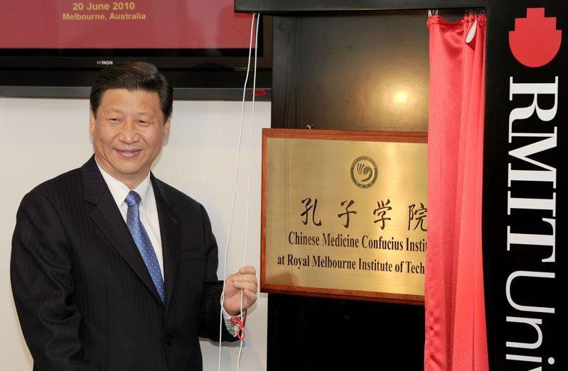 2010年時任中國國家副主席的習近平在墨爾本皇家理工大學為澳大利亞的第一所中醫孔子學院揭牌。(Getty Images)